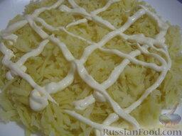 Салат «Капли страсти»: Взять плоское блюдо, салат «Капли страсти» укладывать слоями:  1 слой - картофель, слегка посолить, полить майонезом, равномерно распределить.