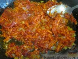 Украинский красный борщ с фасолью: Добавить томатную пасту и немного жидкости из борща, тушить, помешивая, 1-2 минуты.