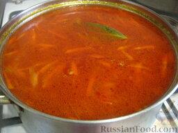 Украинский красный борщ с фасолью: Выложить зажарку в борщ. Добавить сахар и лавровый лист. Варить борщ с фасолью под крышкой на самом маленьком огне 10-15 минут.