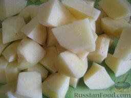 Украинский красный борщ с фасолью: Картофель нарезать кубиками.