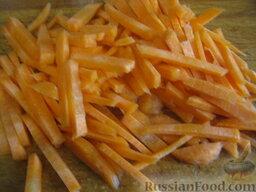 Украинский красный борщ с фасолью: Одну морковь нарезать соломкой.