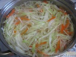 Украинский красный борщ с фасолью: Вскипятить чайник. Когда фасоль готова, добавить кипятка чтобы получилось 2,5 л. Опустить картофель, морковь, нарезанную соломкой, капусту. Дать покипеть 10 минут под крышкой на небольшом огне.