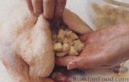 Фаршированная утка со сливочным соусом: Как приготовить утку, фаршированную яблоками:  1. Включить духовку для предварительного разогрева до 200 градусов. Приготовить начинку. В глубокой сковороде разогреть сливочное масло, высыпать хлебные крошки и обжарить до золотистого цвета.  Выложить в сковороду с крошками яблоки, посыпать солью, перцем и мускатным орехом, хорошо перемешать и снять сковороду с плиты.