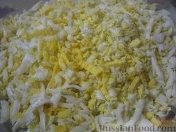 Слоеный салат с грецкими орехами и гранатом: Как приготовить салат слоеный с грецкими орехами:  Залить яйца холодной водой. Посолить, дать закипеть. Варить вкрутую - 10 минут на среднем огне. Залить холодной водой. Охладить, почистить, натереть на терке.