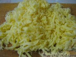Слоеный салат с грецкими орехами и гранатом: Картофель помыть, залить водой, довести до кипения. Варить на среднем огне до готовности, около 20 минут. Охладить. Почистить. Натереть на крупной терке.