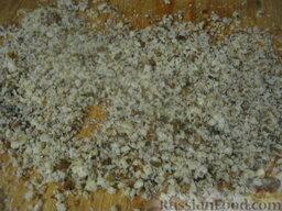 Слоеный салат с грецкими орехами и гранатом: Грецкие орехи почистить. Раздавить скалкой на разделочной доске или порубить ножом.