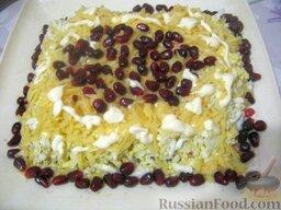 Слоеный салат с грецкими орехами и гранатом: 4 слой - картофель и майонез.  5 слой - яйца и майонез.  6 слой - сыр и сетка майонеза.   Сверху салат слоеный с грецкими орехами украсить зернами граната по вкусу. Охладить 2-3 часа в холодильнике.  Слоеный салат с грецким орехом и гранатом готов, можно подавать.  Приятного аппетита!