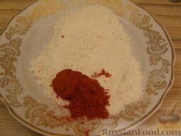 Ароматные котлетки из курицы и сыра: Для панировки смешать муку и молотую паприку.