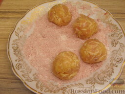 Ароматные котлетки из курицы и сыра: Из котлетной массы сформировать шарики, величиной с грецкий орех. Обвалять в панировке и слегка приплюснуть, формируя котлетки.