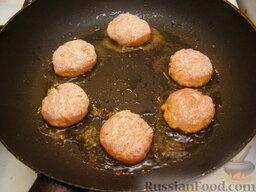 Ароматные котлетки из курицы и сыра: На сковороде разогреть растительное масло. Выложить котлетки. Жарить котлетки из курицы на среднем огне 3-4 минуты.