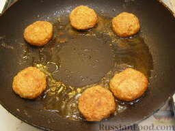 Ароматные котлетки из курицы и сыра: Затем перевернуть, накрыть крышкой и жарить котлетки из курицы с другой стороны еще 3 минуты.