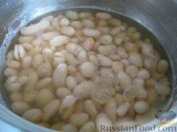 Борщ с грибами и черносливом: Воду слить, залить фасоль холодной водой. Дать закипеть, а затем варить на небольшом огне до готовности, 40-60 минут.