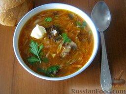 Борщ с грибами и черносливом: Подавать борщ с грибами и черносливом горячим.  Приятного аппетита!