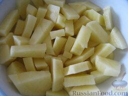 Борщ с грибами и черносливом: Картофель почистить, помыть и нарезать кубиками.