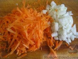 Борщ с грибами и черносливом: Почистить и помыть лук репчатый и морковь. Лук репчатый порезать кубиками. Половину моркови натереть на крупной терке.