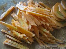 Борщ с грибами и черносливом: Вторую половинку моркови нарезать тонкой соломкой.