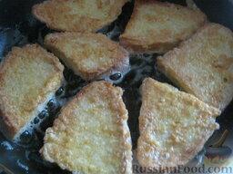 Гренки сырные: Разогреть сковороду, налить 2-3 ст. ложки растительного масла. Хлеб обмакнуть в яичную смесь и выложить в горячее масло. Жарить сырные гренки с обеих сторон по 1 минутке, до золотистого цвета, на среднем огне.