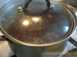 Украинский постный борщ: К грибам добавить свеклу. Варить около 15-20 минут под крышкой на маленьком огне.