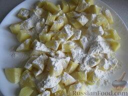 Украинский постный борщ: Подготовленный картофель обвалять в муке.