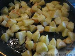Украинский постный борщ: Разогреть сковороду, налить  растительное масло. В горячее масло выложить картофель. Обжарить на среднем огне, помешивая, до полуготовности и золотистой корочки (5-7 минут).