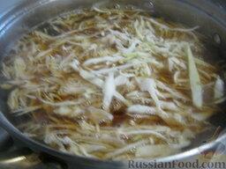 Украинский постный борщ: В кастрюлю выложить капусту, картофель и фасоль. Варить 10 минут.
