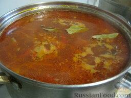 Украинский постный борщ: В борщ выложить зажарку и фасоль. Посолить, поперчить, добавить сахар и лавровый лист. Накрыть крышкой, варить на самом маленьком огне 10 минут.