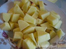 Украинский постный борщ: Тем временем подготовить овощи. Почистить, помыть и нарезать  кубиками картофель.