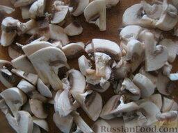 Драники с грибами: Разогреть сковороду, налить 2 ст. ложки растительного масла. В горячее масло выложить лук и грибы. Жарить, помешивая, на среднем огне 5-7 минут. Охладить.
