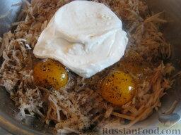Драники с грибами: В миску выложить тертый картофель, вбить куриные яйца, посолить и поперчить. Добавить сметану. Перемешать.
