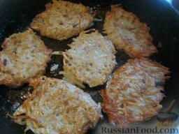 Драники с грибами: Затем перевернуть и также жарить драники с грибами с другой стороны. Так пожарить все драники. По мере надобности добавлять растительное масло небольшими порциями.