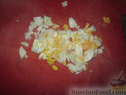 Холодный суп на кефире: Отварное яйцо измельчить.