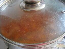 Красный борщ с фасолью и черносливом: Варить красный борщ с фасолью  и черносливом под крышкой на самом маленьком огне 10 минут. Снять с огня борщ, дать настояться 20 минут.
