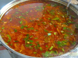 Красный борщ с фасолью и черносливом: Помыть и мелко нарезать зелень, добавить в борщ.