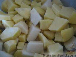 Красный борщ с фасолью и черносливом: Картофель почистить, помыть, нарезать кубиками.
