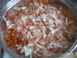 Красный борщ с фасолью и черносливом: В кастрюлю опустить перец и капусту.