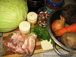 Опильский борщ: Свеклу помыть и отварить в шкурке отдельно.  Свинину порезать кусочками, залить 3л воды, довести до кипения, снять пену, уменьшить огонь, вкинуть лавровый лист и перцы горошком и варить до готовности мяса 1 час или немного больше. После того, как сняли пену, в бульон можно вкинуть фасоль.  Тем временем приготовить овощи. Помыть их и очистить.