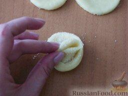 """Творожное печенье """"Розочки"""": Концы кружка соединить вместе (самое главное при этом - крепко слепить концы, чтобы при выпечке они не расклеились). Получилась"""