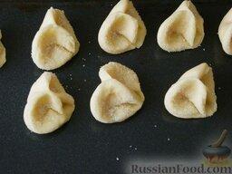 """Творожное печенье """"Розочки"""": Выложить творожное печенье на сухой противень."""
