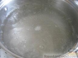 Красный борщ с фасолью: Налить в кастрюлю 2-2,5 л воды, поставить на огонь, вскипятить.