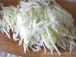 Красный борщ с фасолью: Тонкой соломкой нарезать капусту.