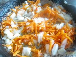 Красный борщ с фасолью: Разогреть сковороду, налить 2 ст. ложки растительного масла. В горячее масло выложить вторую половину лука и тертую морковь. Тушить, помешивая, 2-3 минуты.