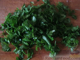 Красный борщ с фасолью: Помыть и мелко нарезать зелень.