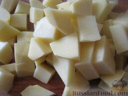 Красный борщ с фасолью: Почистить и помыть картофель. Нарезать кубиками.
