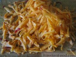 Красный борщ с фасолью: Почистить и помыть морковь. Половину натереть на крупной терке.