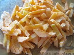 Красный борщ с фасолью: Вторую половину моркови нарезать тонкой соломкой.