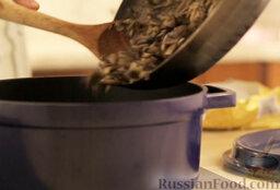 Крем-суп из шампиньонов: Переложить грибы в казанок или толстостенную кастрюлю.
