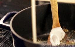 Крем-суп из шампиньонов: Добавить молоко и сливки.