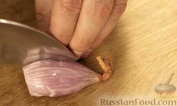 Крем-суп из шампиньонов: Лук шалот очистить и нарезать мелкими кубиками.