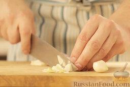 Крем-суп из шампиньонов: Чеснок очистить и тонко нарезать.