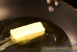 Крем-суп из шампиньонов: На сковороде разогреть оливковое и сливочное масло.